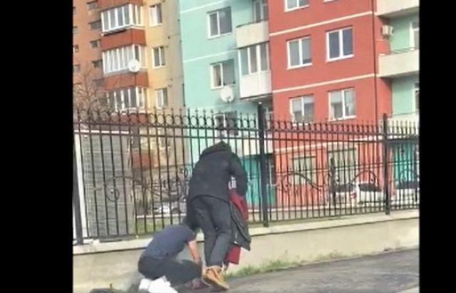 Курйоз дня: у Мукачеві чоловіка вигулювали на повідку (ВІДЕО)