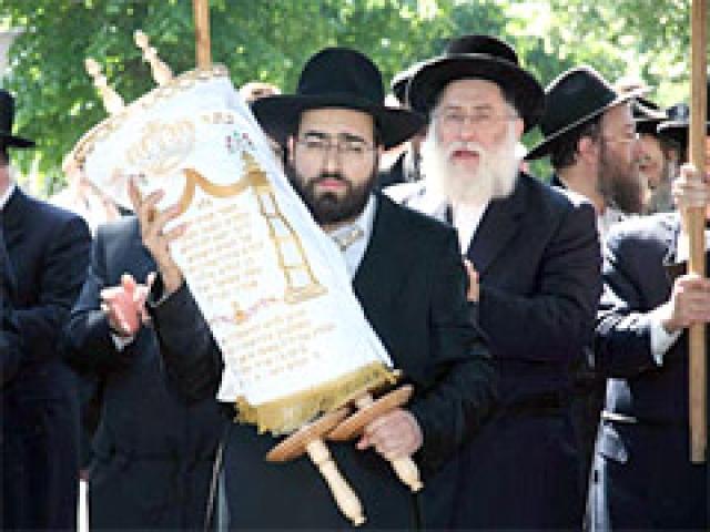 Еще один аттракцион этого пикника - настоящая еврейская свадьба с хупой, ктубой и живым оркестром