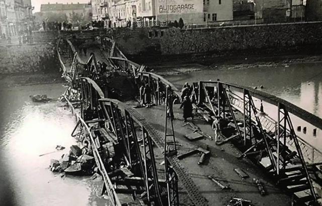 Як виглядав ужгородський пішохідний міст після підриву нацистами