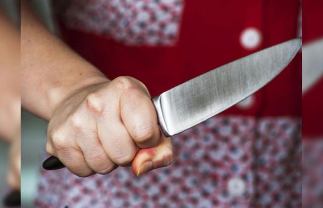 На Закарпатті загинула жінка, яка сама собі випадково порізала шию