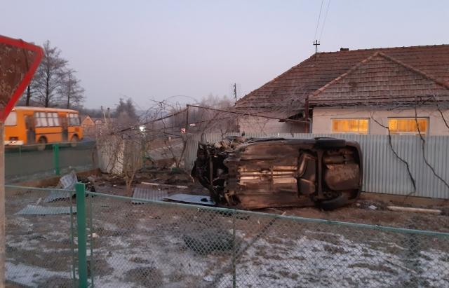 ДТП на Мукачівщині: Skoda злетіла з дороги у подвір'я приватного будинку. Водій у реанімації (ФОТО)
