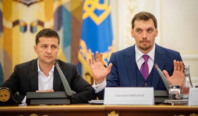 """Під викрики """"ганьба!"""": Гончарук назвав свою заяву про звільнення політичним рішенням (ВІДЕО)"""