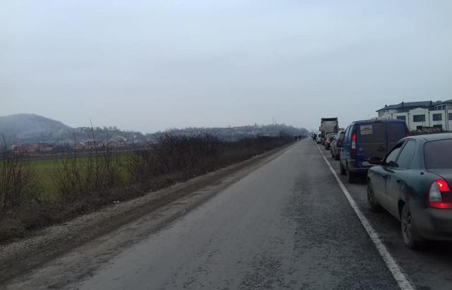 Через бездоріжжя активісти перекрили в'їзд до Хуста (ФОТО, ВІДЕО)