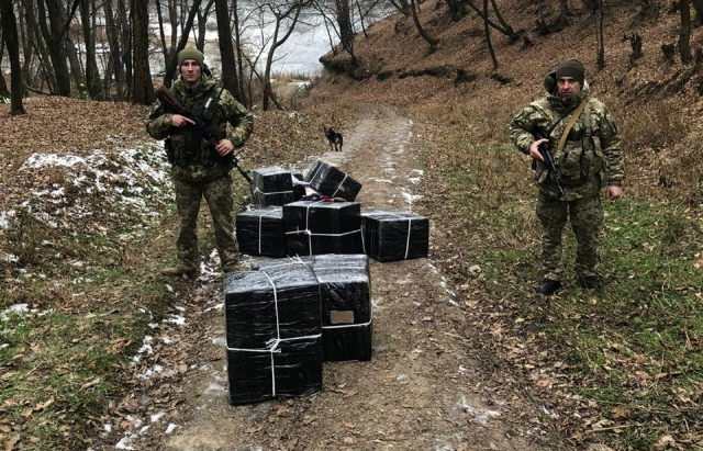 Прикордонники Закарпаття на березі Тиси виявили понад 6 тис пачок цигарок (ФОТО)