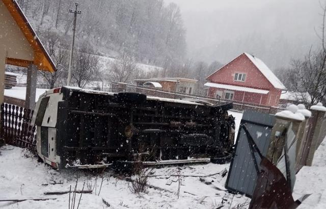 У автобусній ДТП на Рахівщині постраждало 3 людей. Подробиці від поліції (ФОТО)