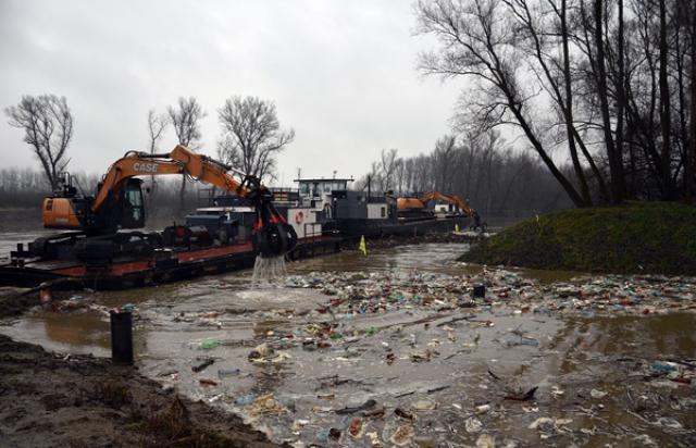 Угорці продовжують прибирати Тису від закарпатського сміття (ФОТО, ВІДЕО)
