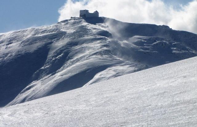 Фото дня: Як по пояс у снігу гору Піп Іван підкорювали (ФОТО)