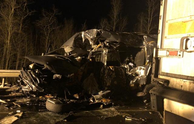 Вісім загиблих: У Росії мікроавтобус на закарпатських номерах влетів у вантажівку (ФОТО, ВІДЕО)