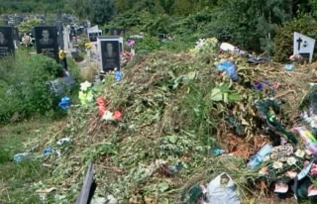 Біля дитячого садочка в Ужгороді купа сміття (відео)