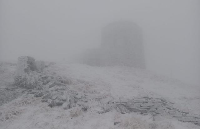 Карпати і сніг: У мережі показали як виглядає зараз гора Піп Іван (ФОТО)