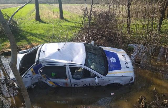 ДТП на Берегівщині: авто поліції на шаленій швидкості не вписалося у поворот, протаранило дерево і вилетіло в кювет (ФОТО, ВІДЕО)