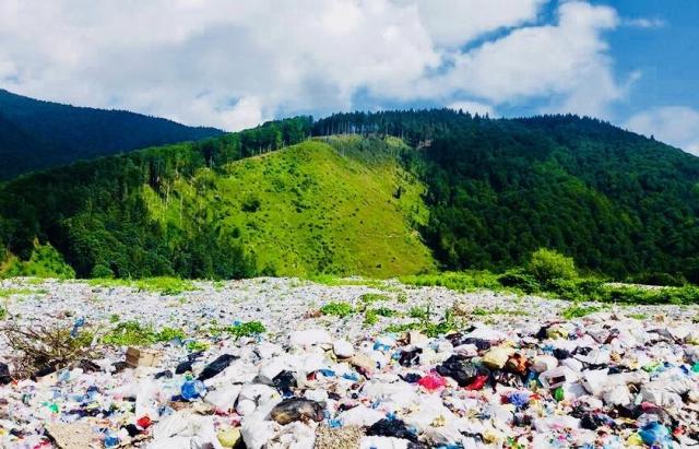 З одного боку зелені гори, з іншого — гори зі сміття: Це Міжгір'я ...