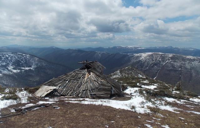 Фото дня: в Карпатах віднайшли старовинну колибу на висоті 1600 м